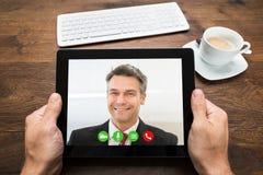 Collega di Video Chatting With della persona di affari Immagini Stock Libere da Diritti