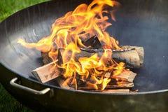 Collega il fuoco coperto nei segni di ustione durante il cookout fotografie stock