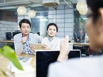 Collega's die een gesprek in bureau hebben royalty-vrije stock foto