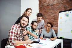 Collega's die nieuwe ideeën bespreken op commerciële vergadering stock fotografie