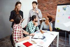 Collega's die nieuwe ideeën bespreken op commerciële vergadering royalty-vrije stock fotografie