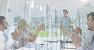Collega's op een bureauvergadering met grafiek 4k stock videobeelden
