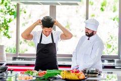 Europese Keuken Modellen : Collega s op het werk thaise en europese chef koks bij keuken het