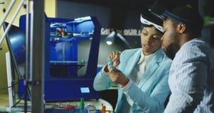 Collega's in VR-glazen die vergadering hebben stock afbeeldingen