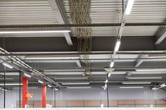 Collegamenti dal soffitto, struttura del soffitto fatta del profilo del metallo Immagine Stock Libera da Diritti