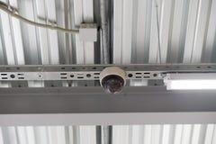 Collegamenti dal soffitto, struttura del soffitto fatta del profilo del metallo Immagini Stock