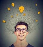 Collegamenti del cervello Uomo emozionante che cerca la testa di cui sopra di molte lampadine di idee Concetto di Eureka Fotografia Stock