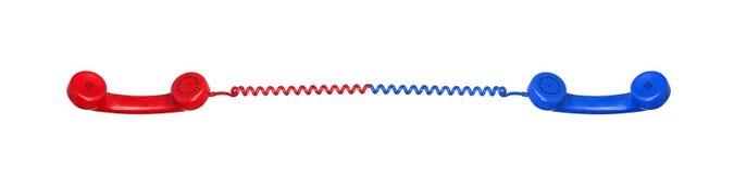 collegamenti I telefoni rossi e blu si sono collegati dal cavo Immagine Stock
