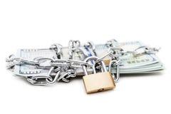 Collegamento a catena con il lucchetto sui soldi di valuta del dollaro Fotografie Stock