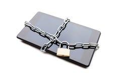 Collegamento a catena con il lucchetto sullo smartphone o sul computer digitale della compressa Fotografie Stock Libere da Diritti