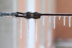 Collegamento congelato del nastro metallico Cavo invecchiato con i ghiaccioli Fondo del freddo e di stagione invernale macro vist Immagine Stock Libera da Diritti