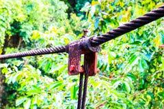 Collegamento del primo piano del dispositivo di protezione in caso di capovolgimento d'acciaio arrugginito del cavo dell'imbracat fotografia stock