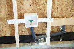 Collegamento dell'acqua in un in costruzione domestico suburbano Immagini Stock Libere da Diritti