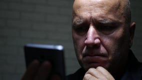 Collegamento di rete wireless di Text Using Cellphone dell'uomo d'affari video d archivio