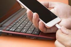 Collegamento di Smartphone con il computer Immagini Stock Libere da Diritti