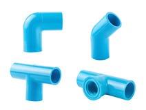 Collegamento di tubo blu del PVC isolato su bianco fotografia stock