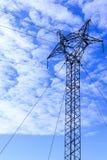 Collegamento elevantesi dei pali ad alta tensione fra la città Immagine Stock