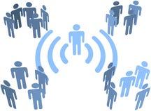 Collegamento senza fili di wifi della persona ai gruppi della gente Fotografia Stock