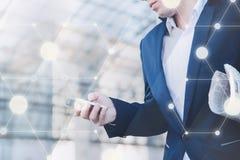 Collegamento senza fili Uomo d'affari con il telefono a disposizione Fotografia Stock Libera da Diritti