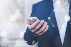 Collegamento senza fili Uomo d'affari con il telefono a disposizione Fotografie Stock Libere da Diritti