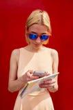 Collegamento turistico femminile alla radio sul telefono per navigazione Immagine Stock Libera da Diritti