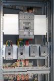 Collegando i cavi con il cavo trascina agli interruttori nel pannello di controllo elettrico fotografie stock libere da diritti