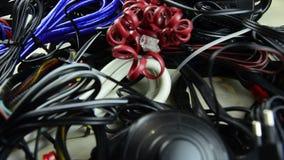 Collegare differenti Elettrico, telecomunicazione, telefono Molti cavi stock footage