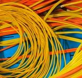Collegare elettrici di colore rosso e di colore giallo Immagine Stock