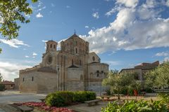 College- kyrka av Santa Maria Maggiore i tjurlandskap av Za arkivbild