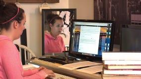 College-Oberschülerin schreibt auf Computer und erwägt stock video