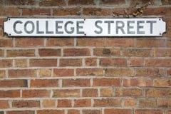 College-Straßenschild Lizenzfreies Stockfoto