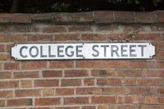 College-Straßenschild Lizenzfreie Stockfotos