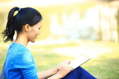 College student use tablet pc Royalty Free Stock Photos