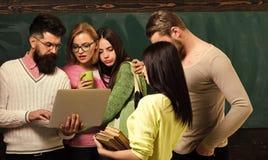 College- und Hochschulkonzept Gruppe Studenten, groupmates verbringen Zeit mit Lehrer, Lektor, Professor kursteilnehmer lizenzfreies stockbild