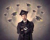 Collegeabsolvent mit vielen Fliegenhüten stockfotos