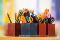 Collegeausrüstung in einem Klassenzimmer Lizenzfreies Stockbild