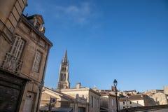 Collegediekerk Eglise Collegiale van Saint Emilion, Frankrijk, tijdens een zonnige middag wordt genomen Royalty-vrije Stock Afbeeldingen