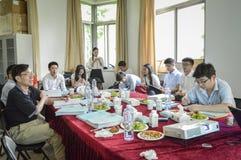 Collegelehrer und -studenten in der Sitzung lizenzfreie stockfotografie