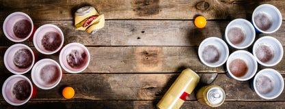 Collegeparteisport - Bier pong Gedeck lizenzfreies stockbild