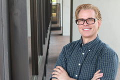 Collegeprofessor Hübscher junger Collegeprofessor lächelt reizend lizenzfreies stockfoto