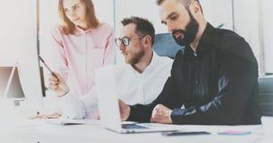 Colleghe all'ufficio soleggiato Idea del lavoro di gruppo dei project manager nuova Giovani businessmans che lavorano con lo stud immagine stock