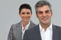 Colleghe caucasici di affari che si levano in piedi in una riga Immagine Stock