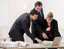 Colleghe che collaborano sulle cianografie Fotografie Stock
