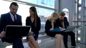 Colleghe che discutono progetto di lavoro sulla rottura stock footage