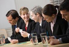 Colleghe che scambiano i biglietti da visita Immagini Stock Libere da Diritti