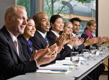 Colleghe che si incontrano alla tabella nella sala per conferenze Fotografie Stock Libere da Diritti