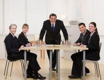 Colleghe che si siedono alla tabella di congresso Fotografia Stock Libera da Diritti