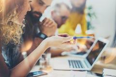 Colleghe del gruppo del primo piano giovani che fanno grande 'brainstorming' di affari Team Discussion Corporate Work Concept cre immagine stock libera da diritti