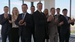Colleghe di affari che applaudono stock footage