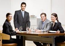 Colleghe e soprintendente nella sala per conferenze Immagini Stock